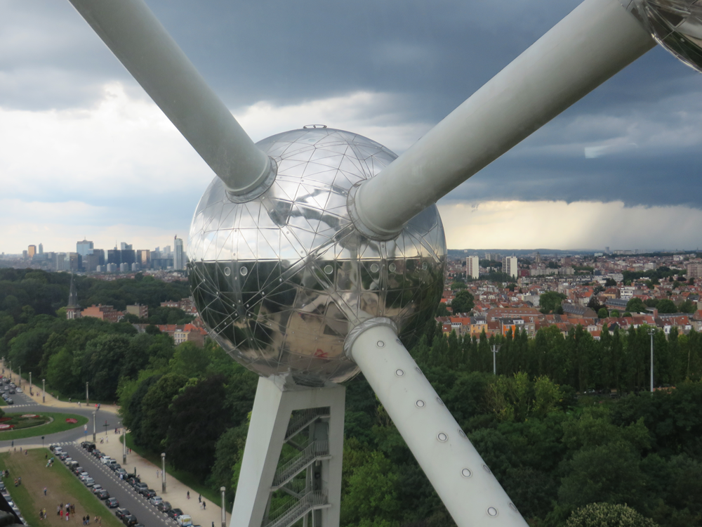 The Atomium, blending into the horizon
