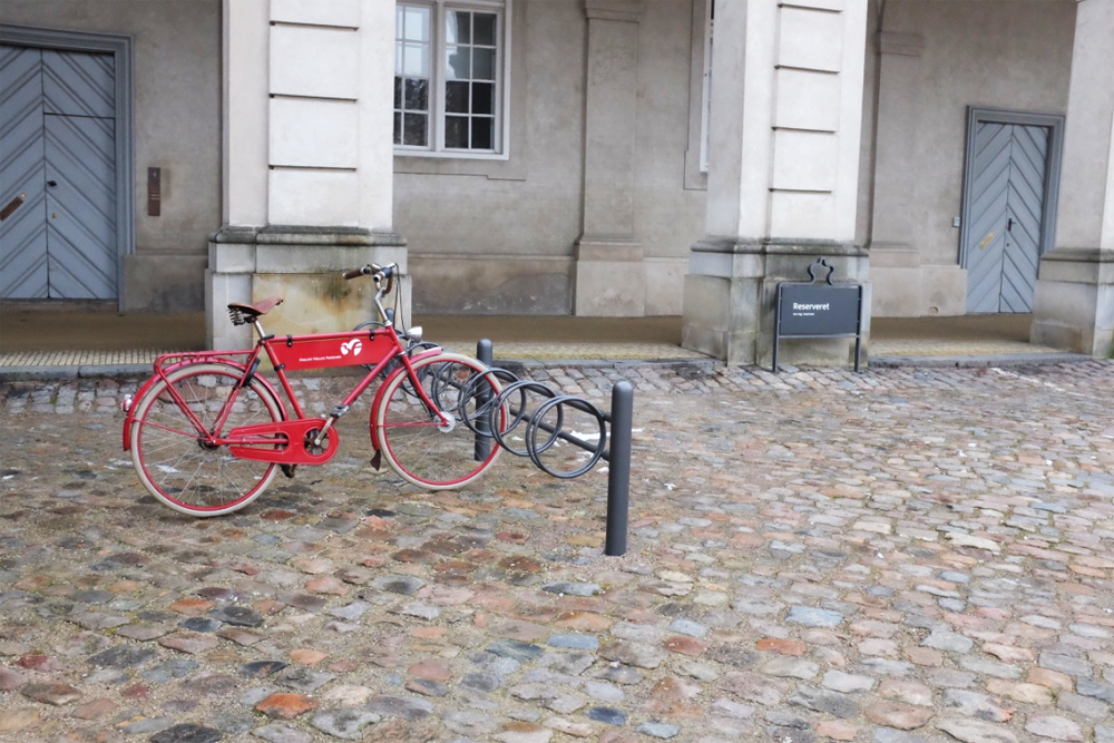 copenhagen-locked-bike-slotsholmen-distant