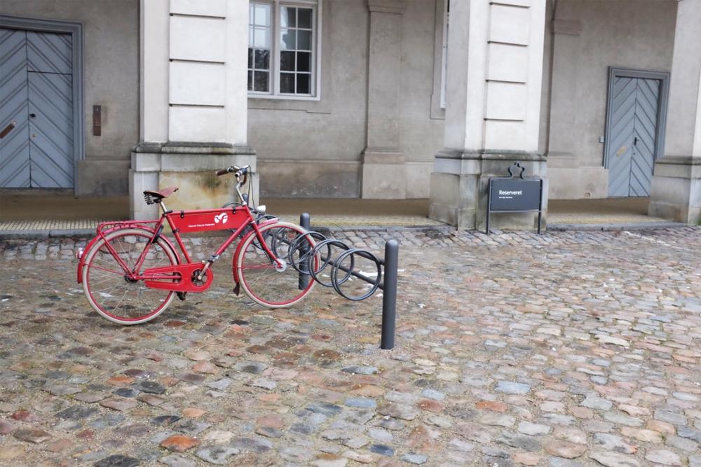 copenhagen-locked-bike-slotsholmen-distant